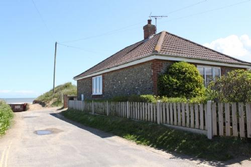 Coast Bungalow, Bacton Norfolk, beachside holiday cottage