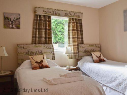 Pitcairlie lodge twin room