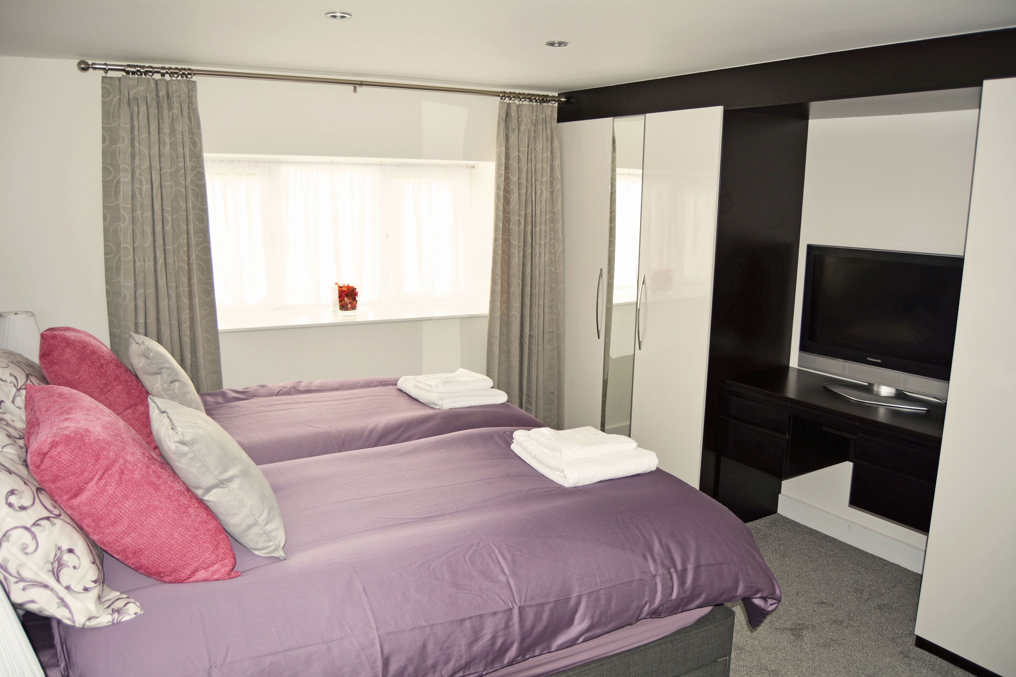 Double bedroom with a 6' zip and link bed which can convert to twin beds on request