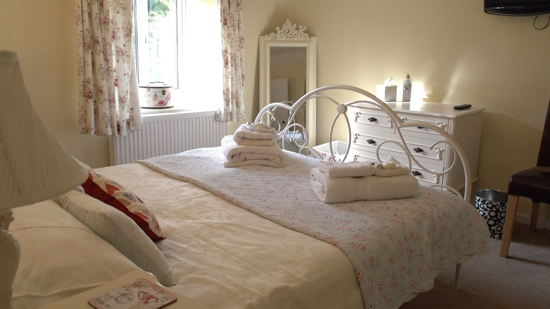 Cream Iron Kingsize Bed Linen included