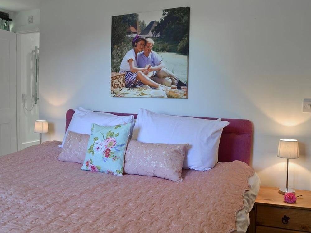 Larkin Farmhouse first floor: Double/twin bedroom with 5' zip & link beds with en suite shower