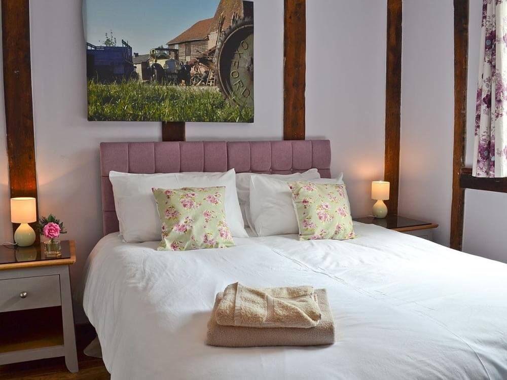 Larkin Farmhouse first floor: Double/twin bedroom with 5' zip & link bed with en suite shower