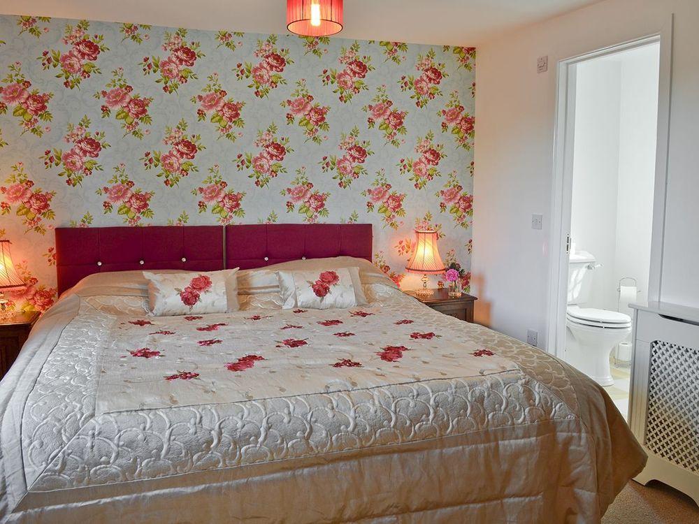 Larkin Farmhouse first floor: Double/twin bedroom with 5' zip & link with en suite shower