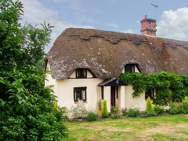 The cob and thatched cottage was once an estate worker's cottage on the Earl of Shaftesbury's estate