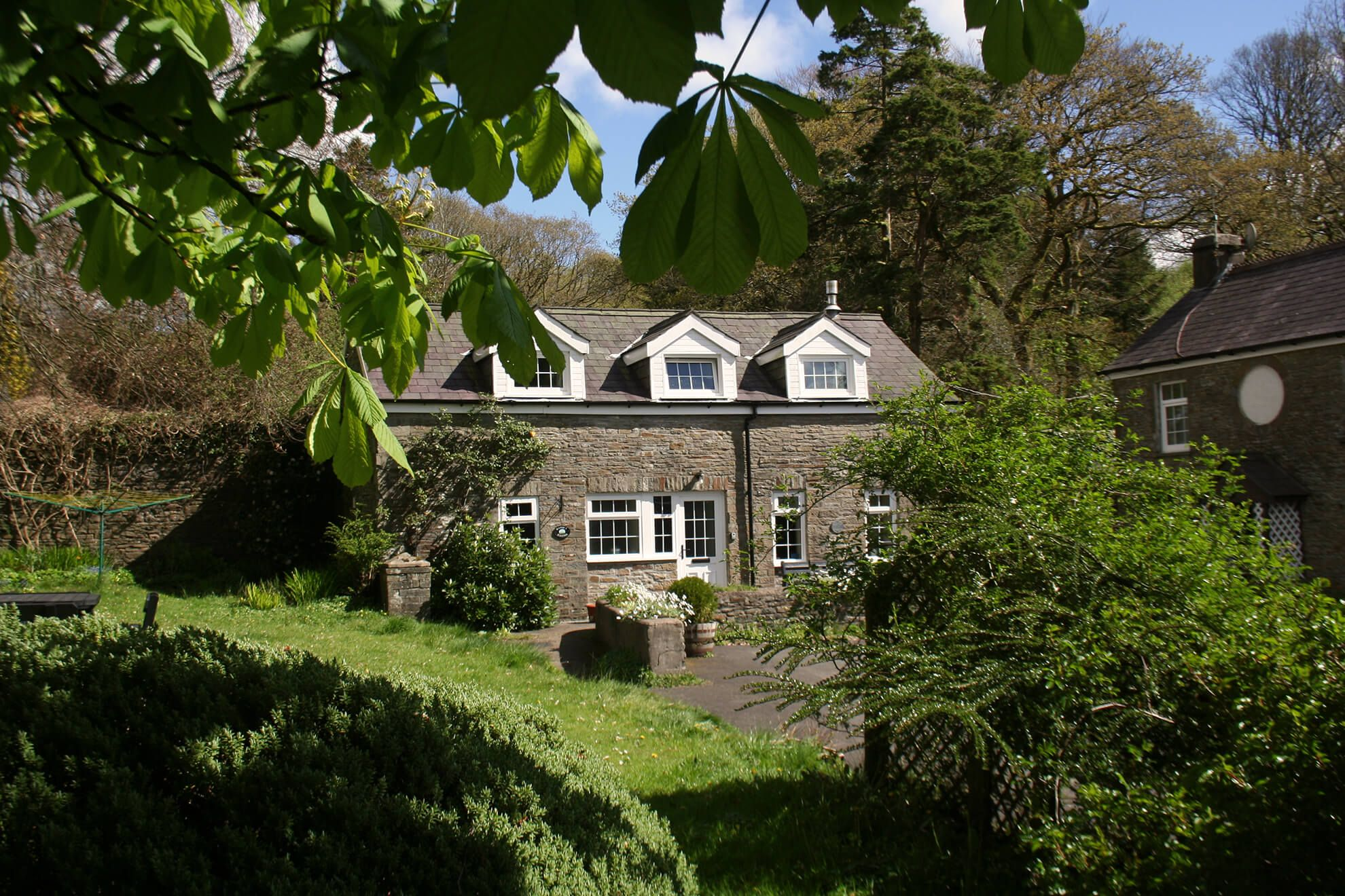 Hafod Y Wennol boasts a stunning location in the courtyard of an historic working sheep and cattle farm