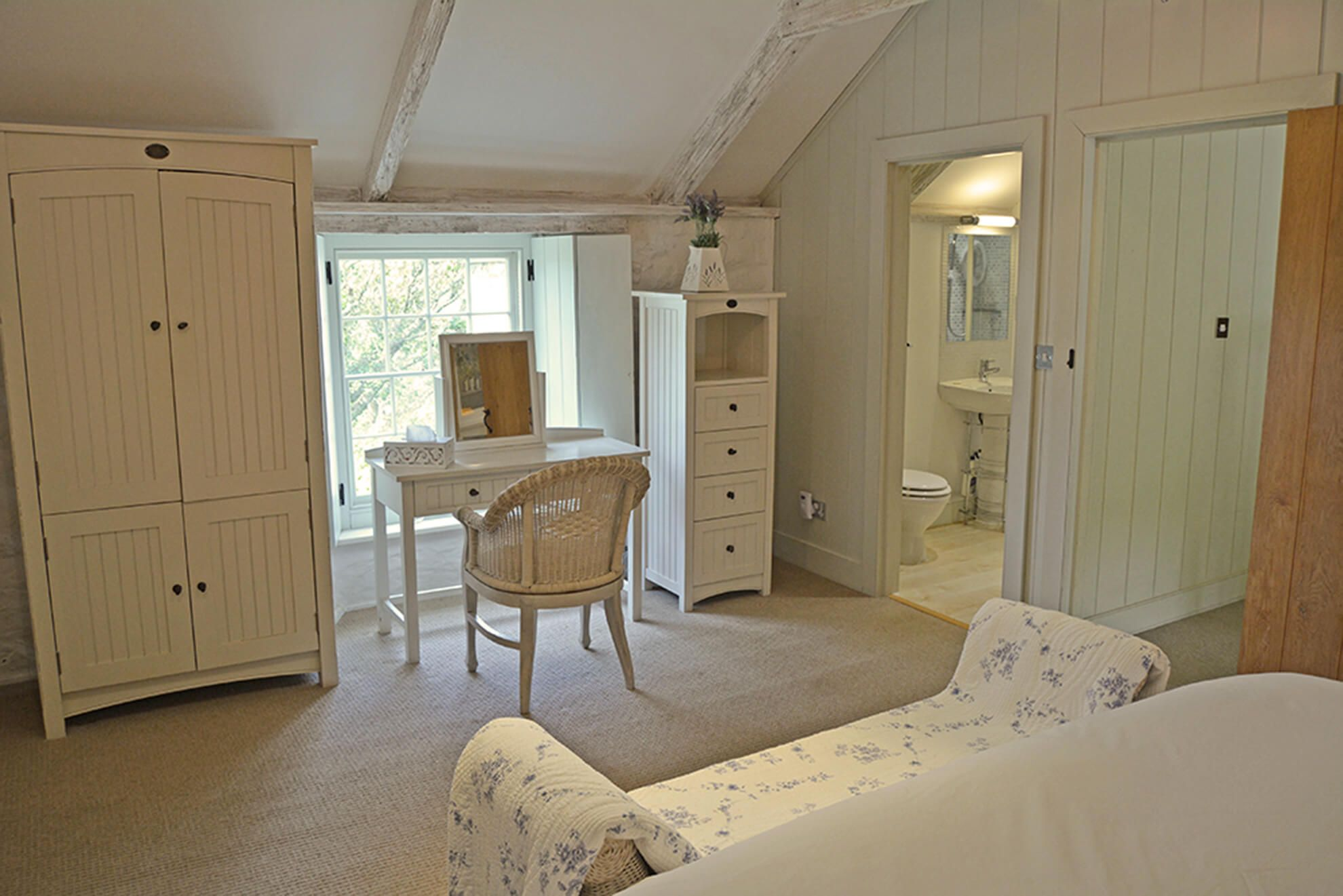 First floor: Master bedroom with super-king size bed, vaulted ceiling and en suite shower room.