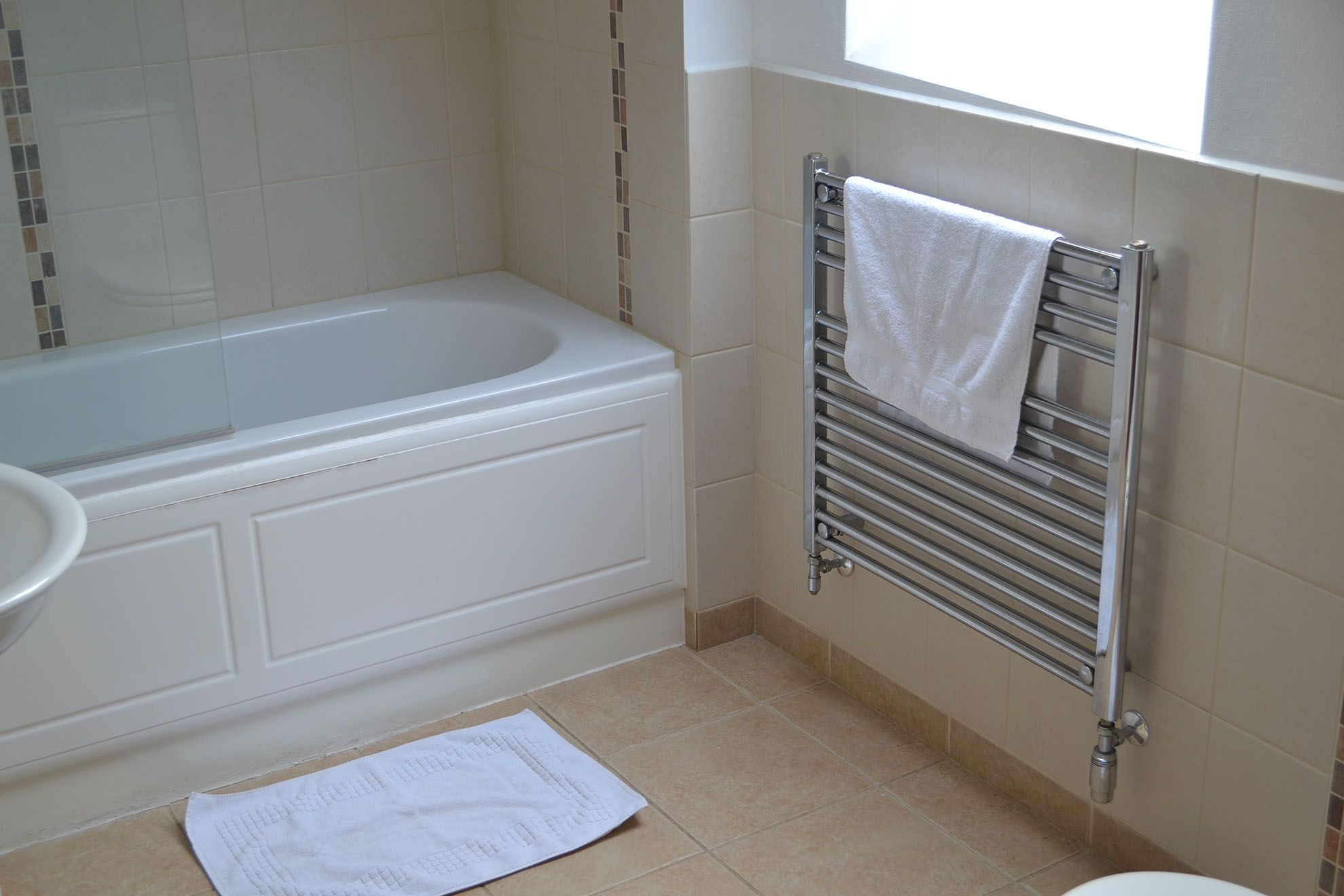 Hunters Moon first floor: En suite bathroom to twin bedroom with a shower over the bath