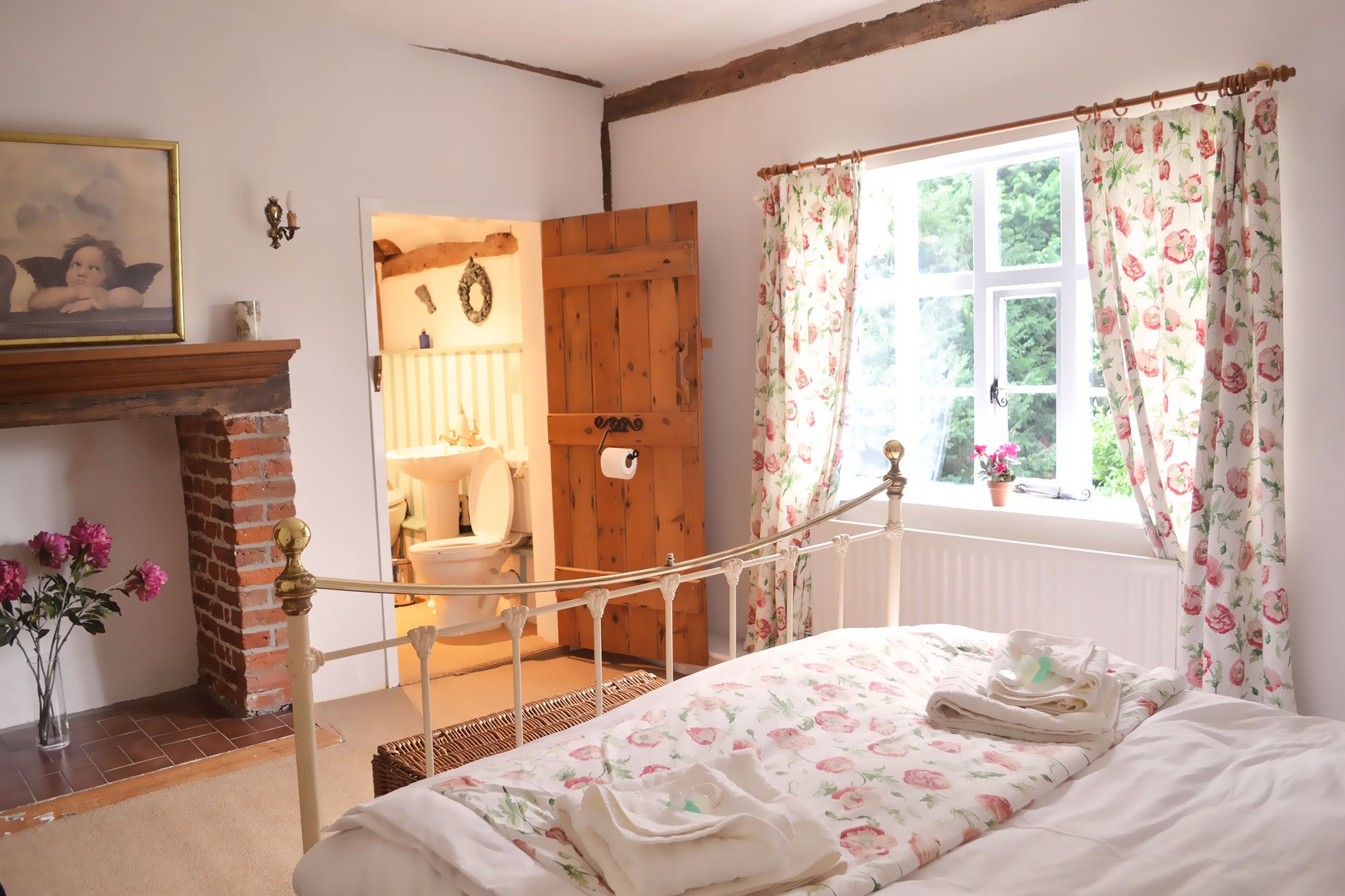 The Farmhouse first floor: Double bedroom with 5' double bed and en suite bathroom