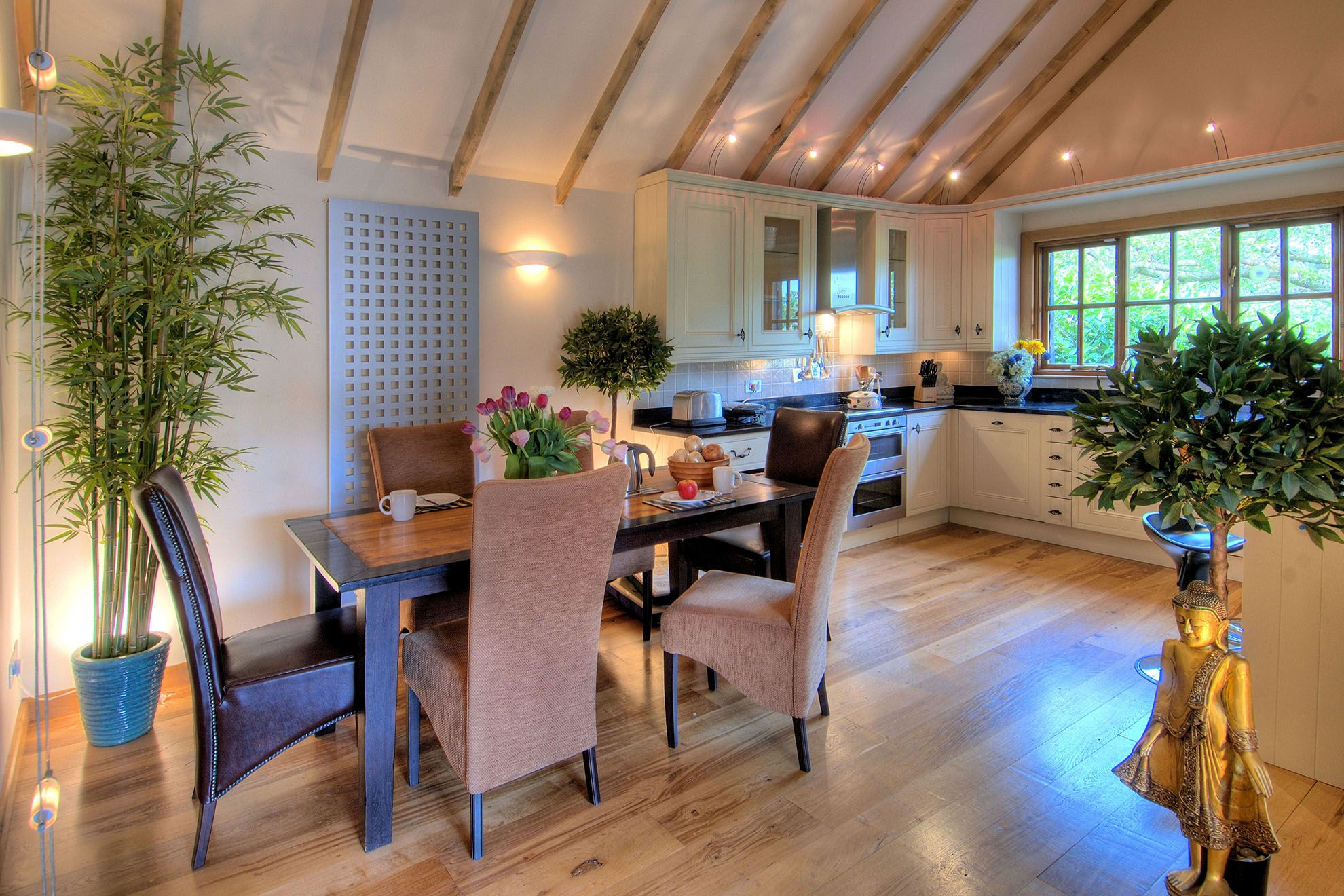 Stable Cottage ground floor: Vaulted lounge area in the open plan living space