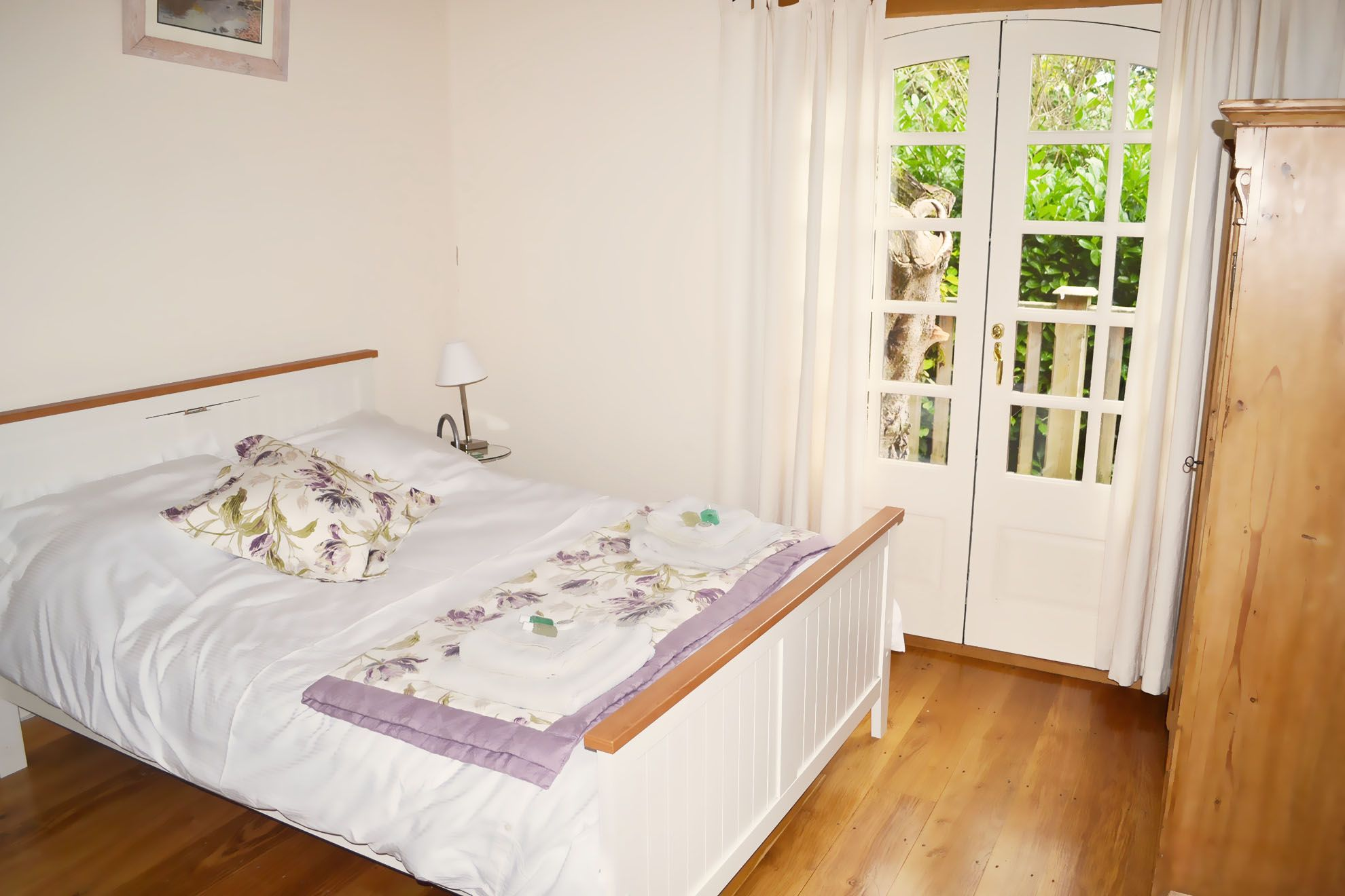 Stable Cottage ground floor: Double bedroom with 5' double bed
