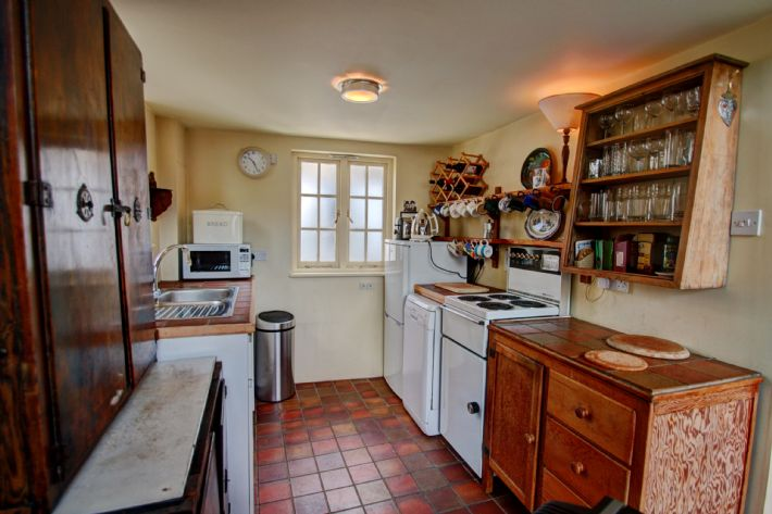 Well equipped kitchen with dishwasher, microwave etc.