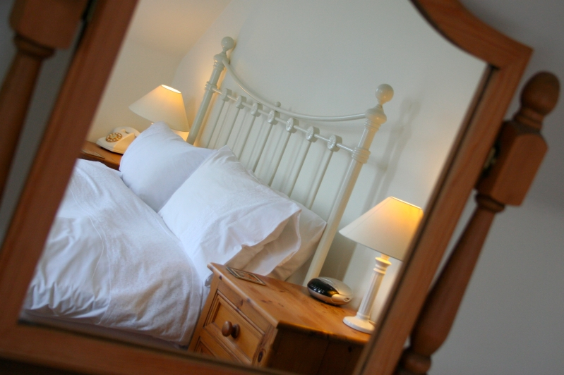 Double 5' bed with traditional style bedhead