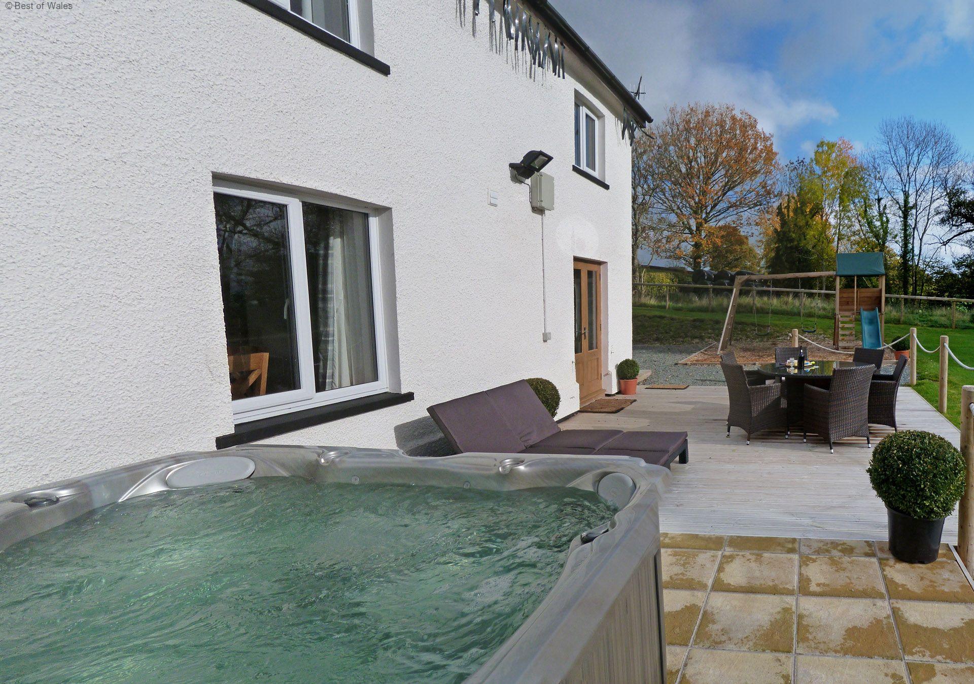 5 star luxury farmhouse with hot tub for Luxury hot tub