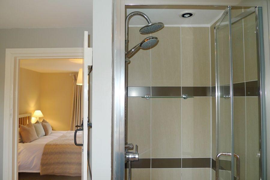 Sexton's Place   En-suite shower