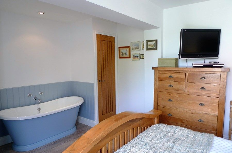 Hideaway Cottage | Bath in bedroom 1