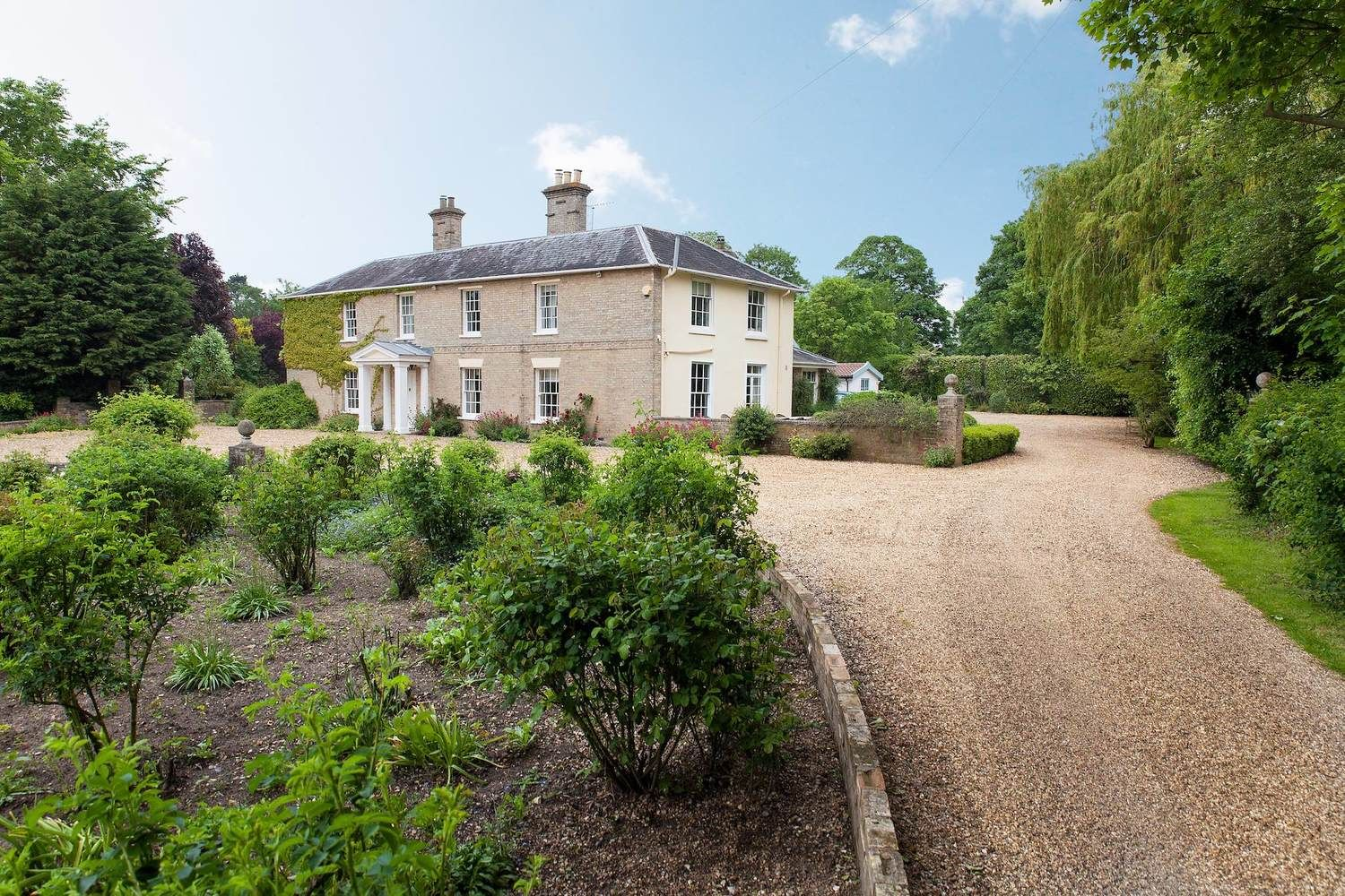 This rather special holiday home is fronted by a huge lawn & set in 6 acres of landscaped gardens