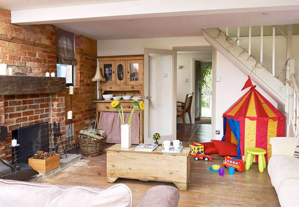 Ground floor: Sitting room with indoor/outdoor play tent for mini guests