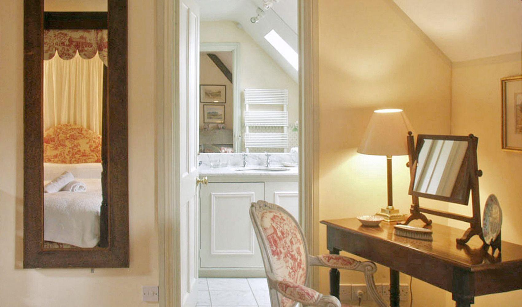 First floor: Master bedroom with large en suite bathroom