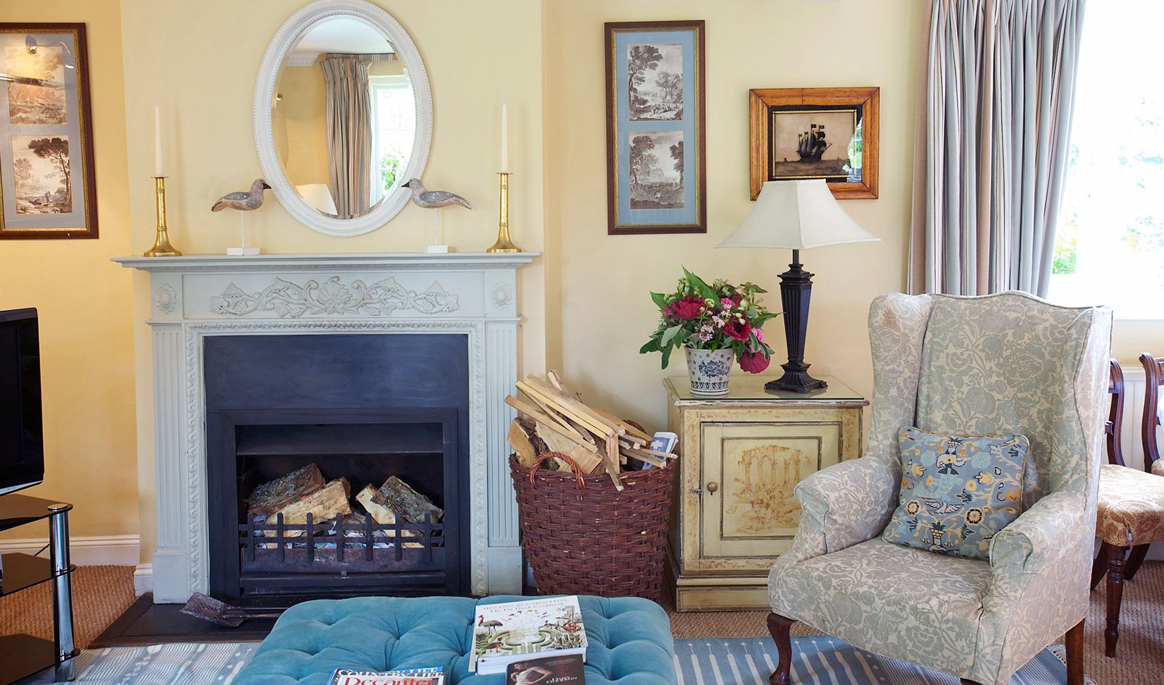 Ground floor: Open fire in the cosy drawing room/dining room
