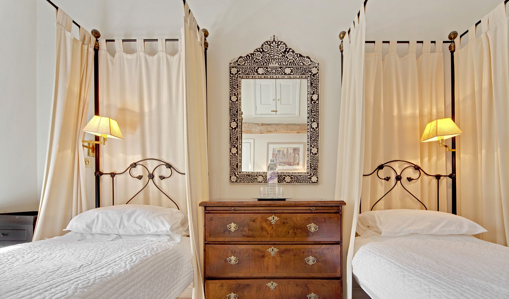 Twin bedroom with four poster beds and en suite shower room