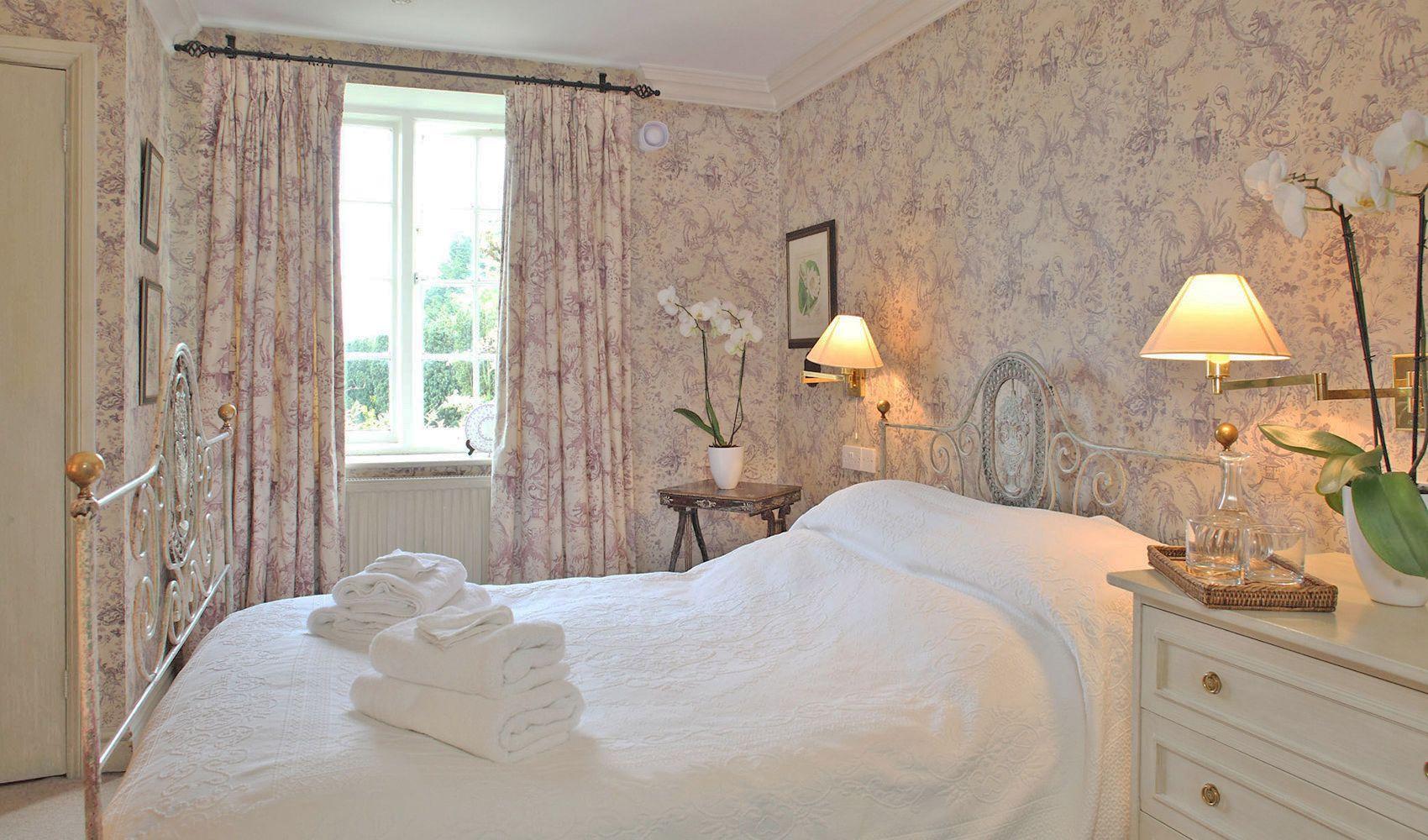 Ground floor: Double bedroom with en suite shower room
