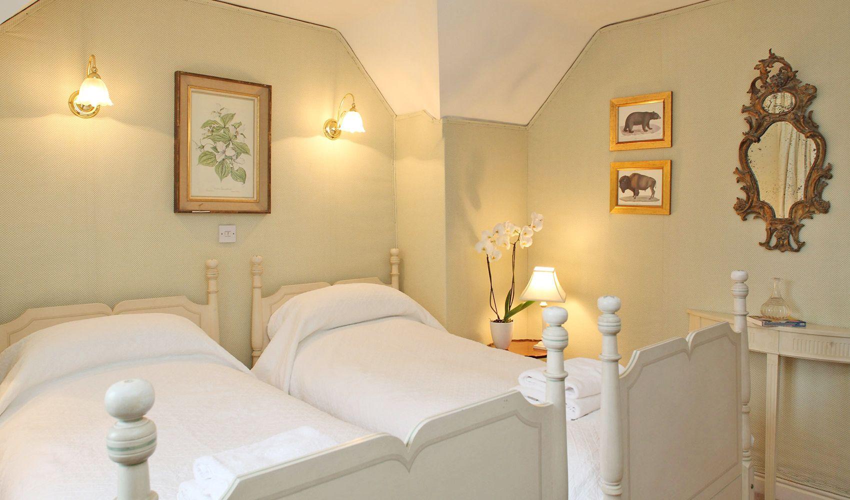First floor: Pretty twin bedroom with en suite bathroom