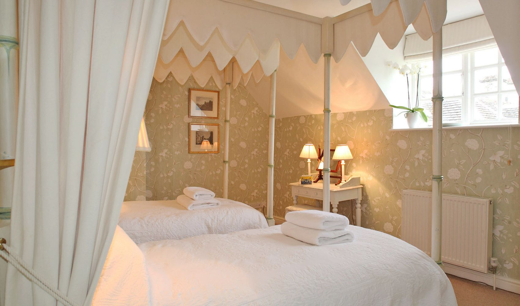 First floor: Twin bedroom with faux bamboo four poster beds & en suite shower