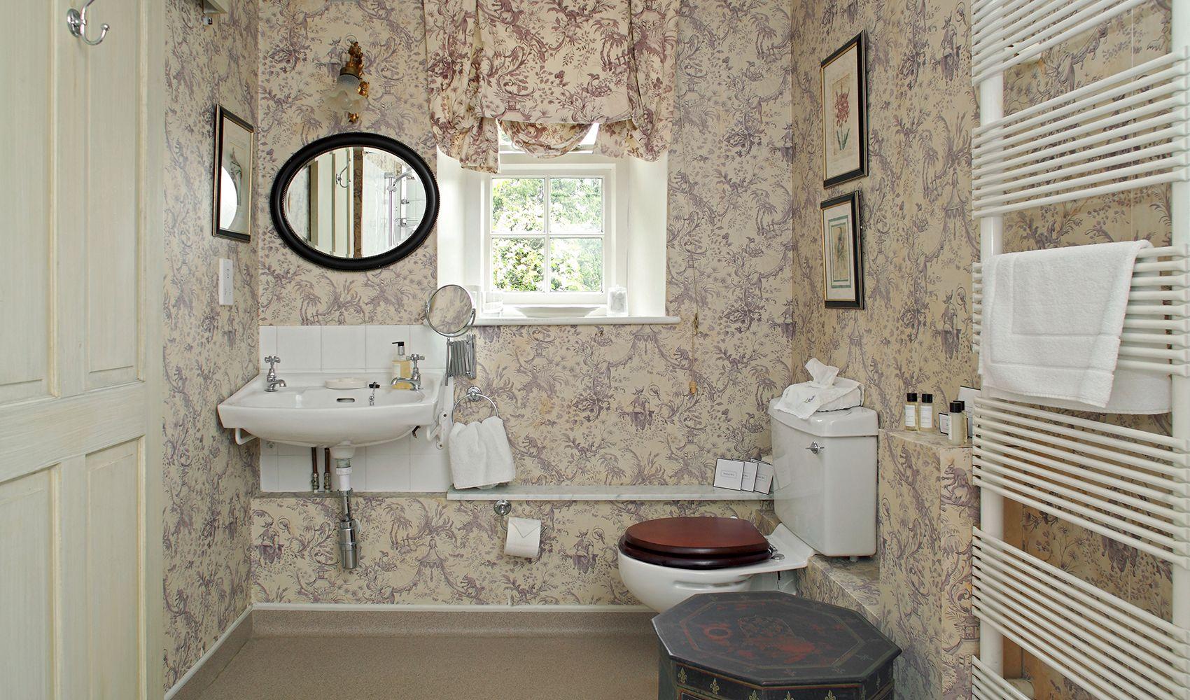 Ground floor: En suite shower room to double bedroom