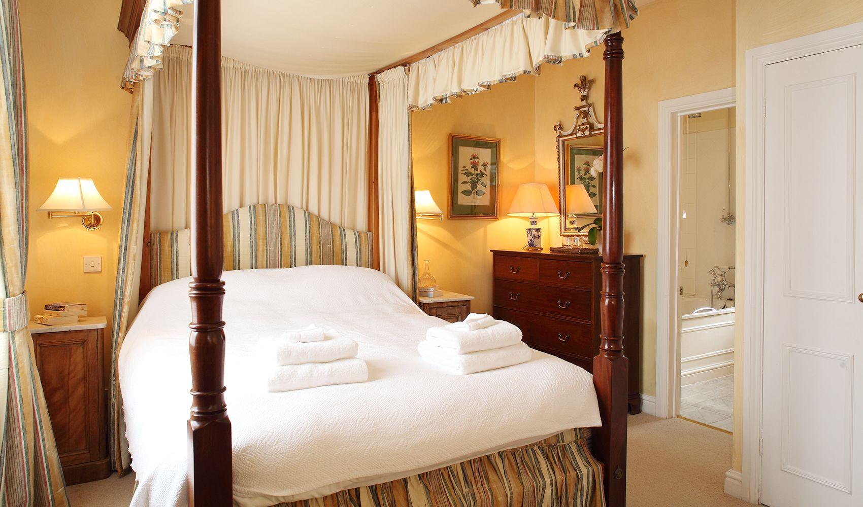 Ground floor: Double bedroom with mahogany four poster & en suite bathroom