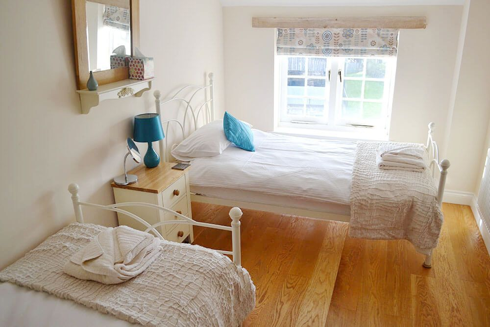 First floor: Twin bedroom with 3' beds