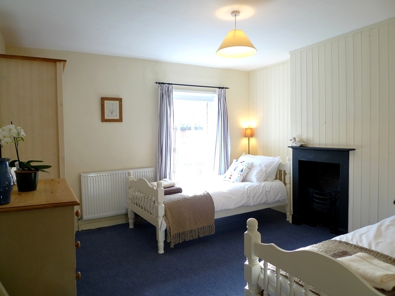 Petts Cottage | Twin bedroom