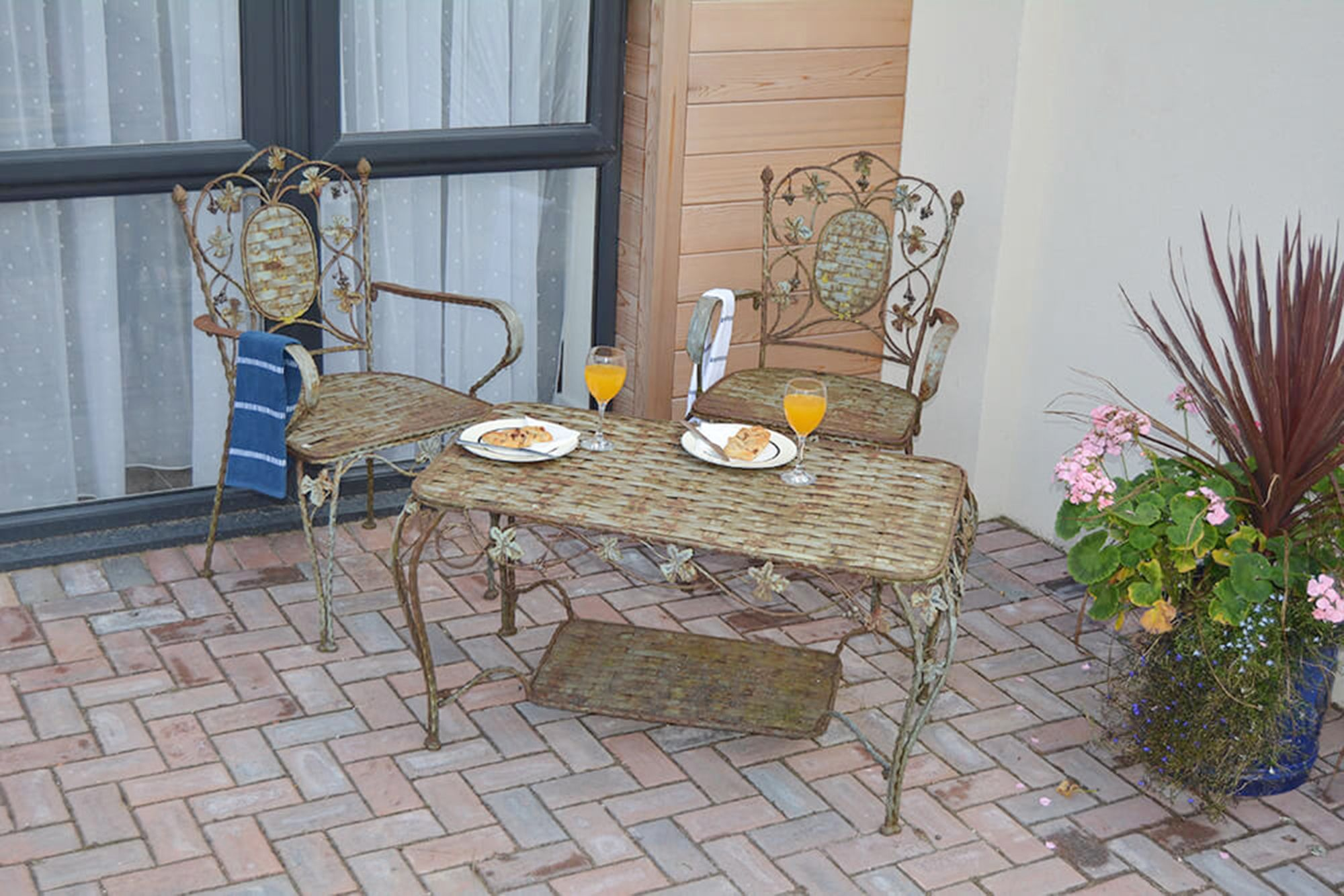 Sitting out area with outdoor furniture to the front of the cottage