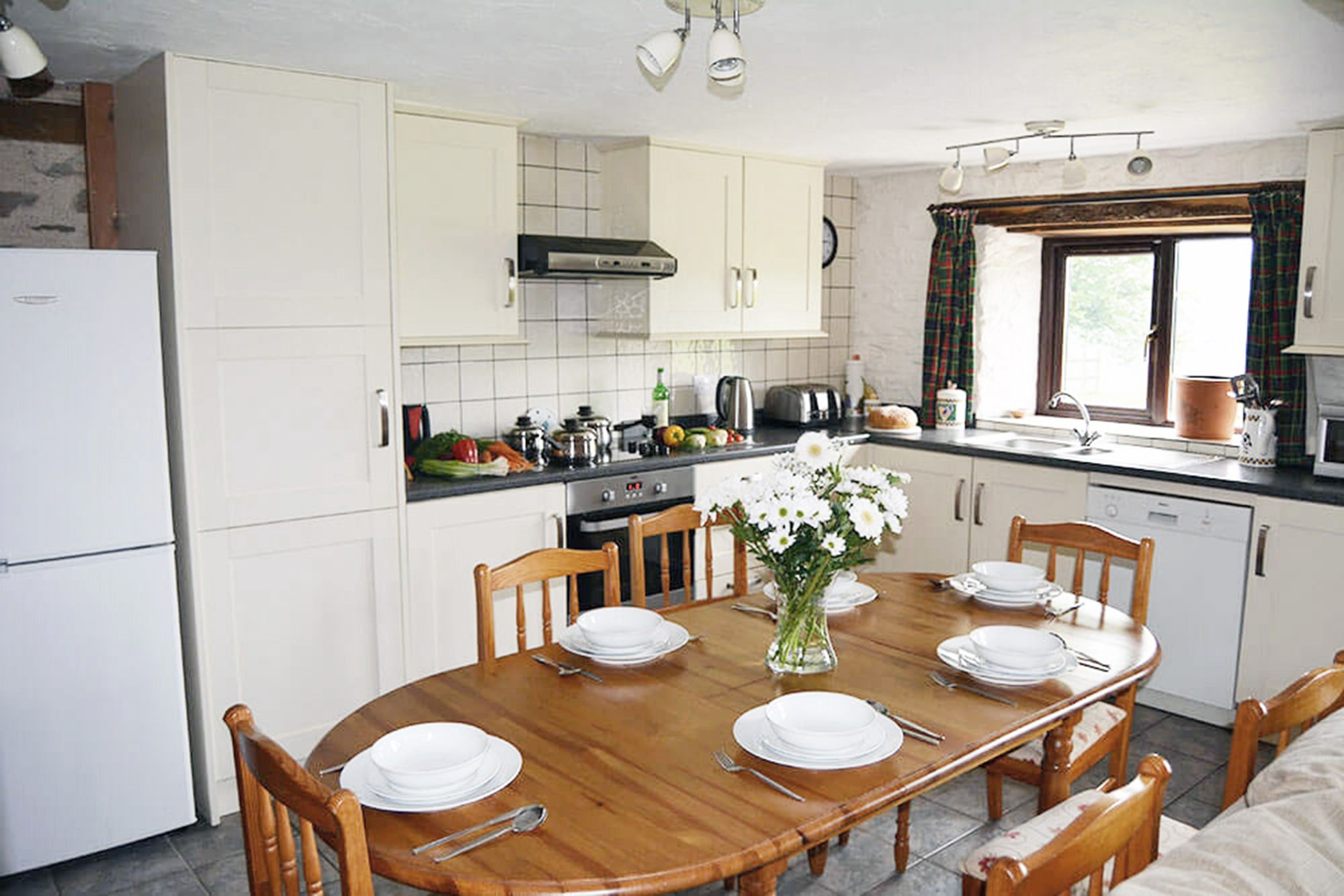 Kiri Cottage ground floor: Dining and kitchen areas in the spacious open plan living space