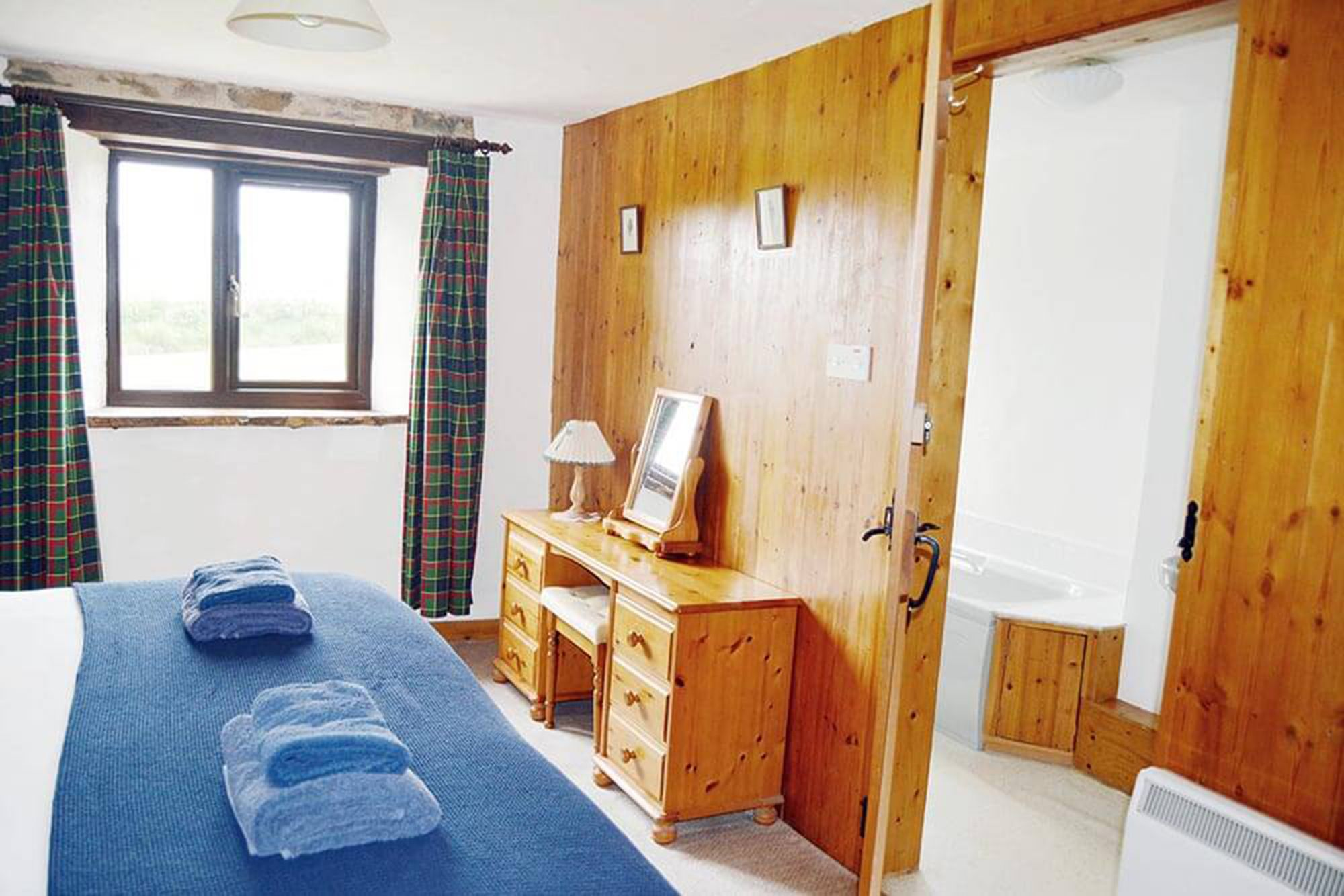 Jasper Cottage ground floor: Double/twin bedroom with a 6' bed (can be converted to twins) and en suite bathroom