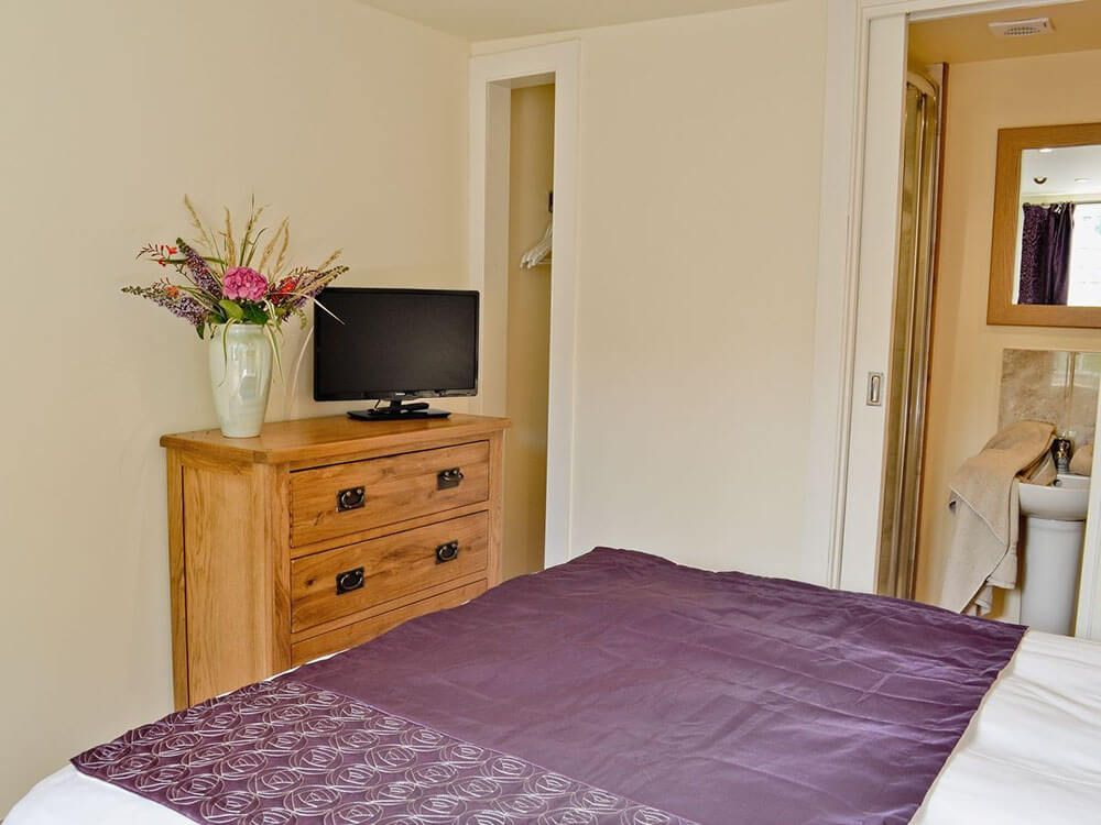 Ground floor: Double/twin bedroom with en suite shower room