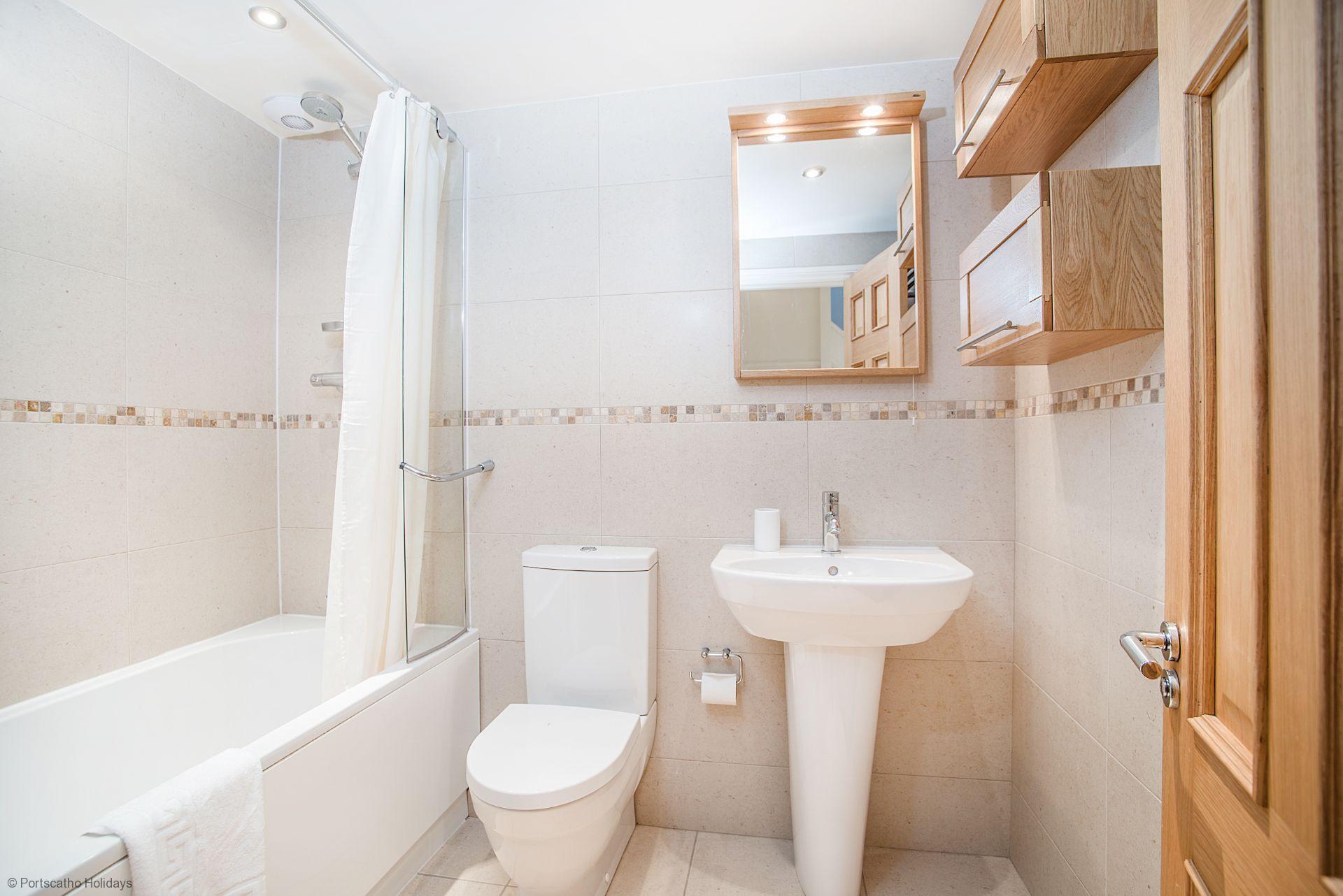 Pen An Garth; St Mawes; Family Bathroom