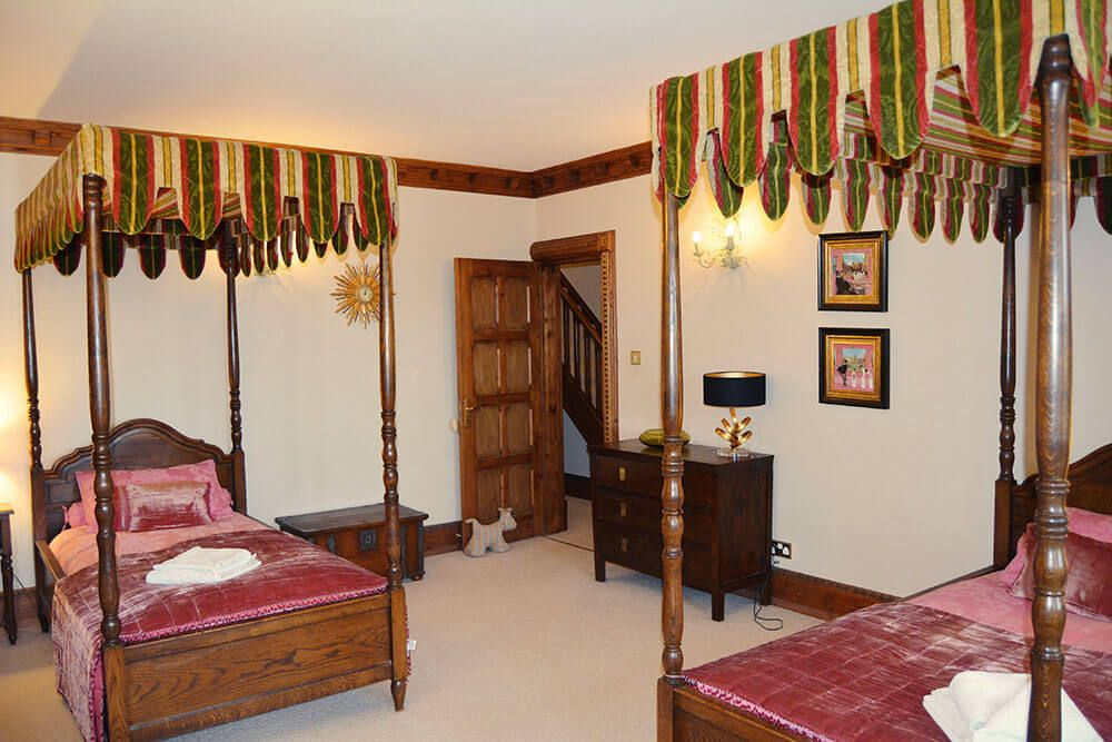Lower ground floor: Twin bedroom with four poster 3' beds and an en suite bathroom