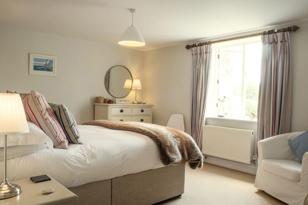 Elliotts House ground floor: King-size bedroom with a 5' bed