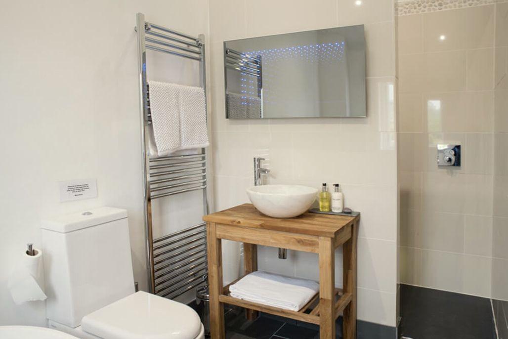 Elliotts House first floor: En suite bathroom to master bedroom with bath & separate shower