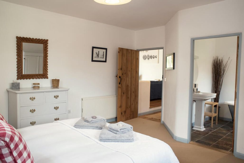 Burrows ground floor: King-size bedroom with a 5' bed and en suite bathroom
