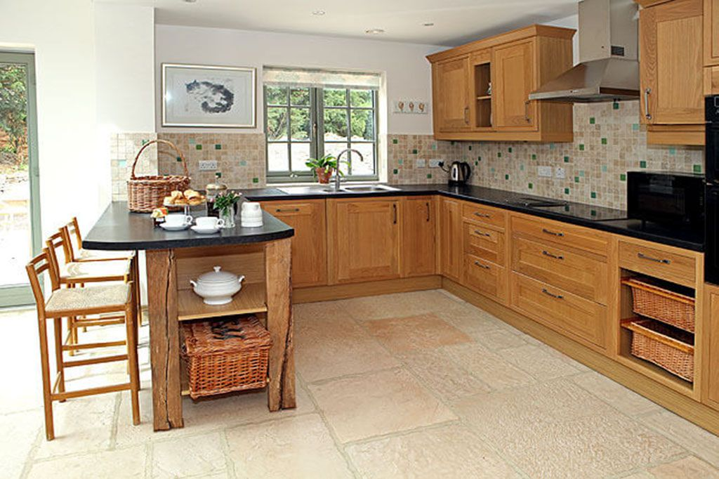 Ground floor: Fully fitted oak kitchen with breakfast bar