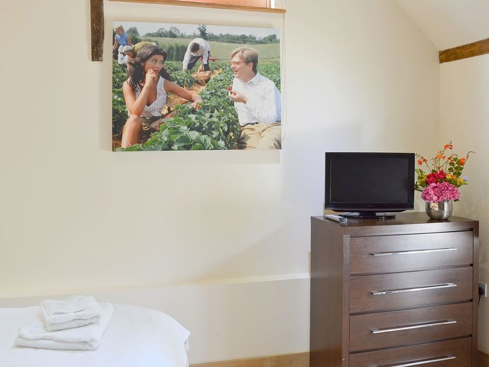 Double/twin bedroom with 5' zip and link beds and en suite shower room
