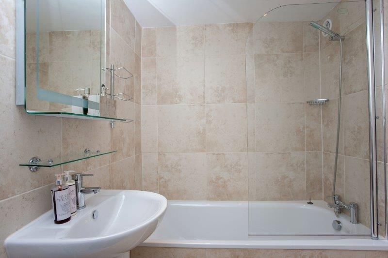 Bathroom Design Shower Over Bath : Russel garden bed holiday apartment bath rentals