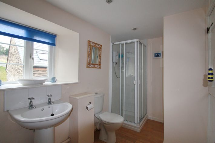 Another view of ensuite bathroom