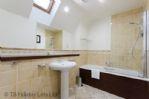 Duck Pond Lodge - Bathroom next to twin showing bath