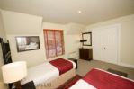Duck Pond Lodge - Twin bedroom showing wardrobe